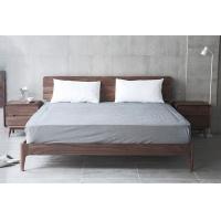 胡桃木床和床头柜