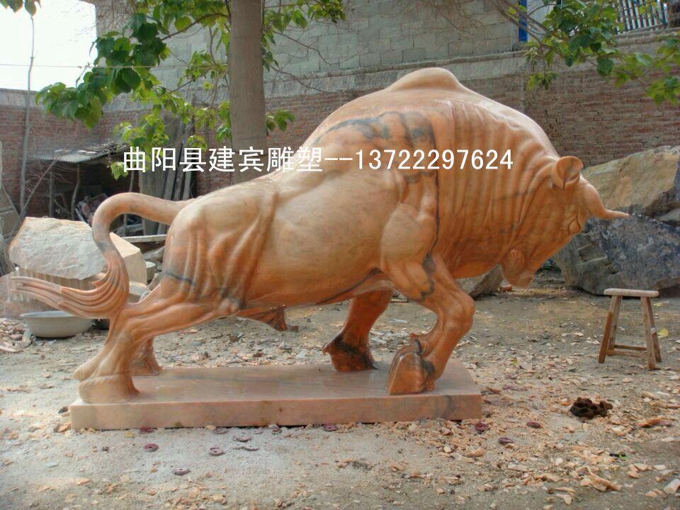 石雕牛是一种牛气,和气势勃勃的化身,它代表的是一种迎难而上的精神,和坚守岗位默默奉献的精髓。是送亲朋好友和用作工艺品摆放的佳品。 石雕牛雕刻我们更专业,曲阳建宾雕刻厂拥有丰富的石雕牛雕塑雕刻经验,曲阳知名石雕牛厂家,石牛价格我们更优惠,欢迎新老客户 来电洽谈 电话微信;13722297624