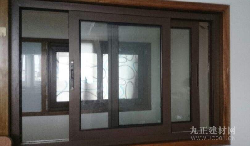 得看玻璃材质,通常平开窗明显要比普通推拉窗厚,平开窗是字母槽似的