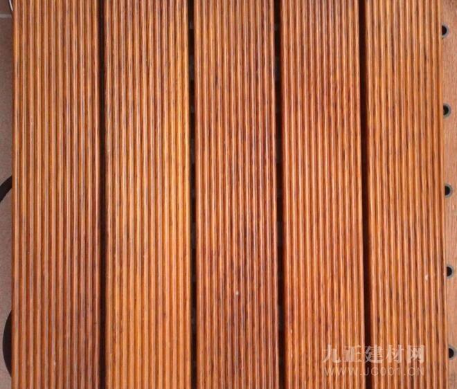 """美观:菠萝格木地板的材质光泽非常好,花纹美观,时间久了就像盘珠子一样会有""""包浆"""",颜色会变得发红,不仅让地板看起来更加上档次,还非常美观,所以非常受消费者的欢迎。 价格:菠萝格木地板的价格是根据产地来作为判断的,准备要使用菠萝格来作为地板的时候一定要看好炫彩原地,大部分分为印尼菠萝格和非洲菠萝格,这两种材质的属性相差的还是比较大的,市面上菠萝格木地板大多都是使用的印尼菠萝格,而又小部分不良经销商会将番龙眼木包装成""""小菠萝格""""来售卖,所以消费者在签购买合同书"""