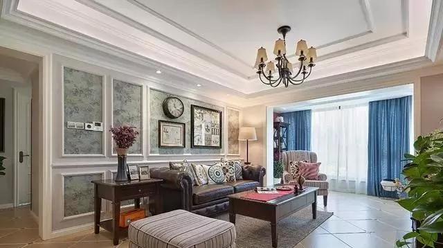 本案例有着温馨舒适的欧美风情,浅色的墙面搭配壁布与一系列挂画,有一图片