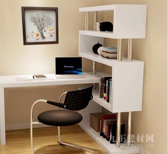 1、外形尺寸要與房間大小相配 在選購電腦桌之前,我們首先應該根據自己辦公或家居環境的面積大小,估算出大體上的尺寸要求,以免買了才發現無法放置。這里主要以家庭住戶為準,如果空間比較緊張,可以選擇外形小巧、占地不多的產品。 2.電腦桌尺寸 在電腦桌尺寸的選擇上面也十分重要,我們應該選擇一個適合我們的尺寸,成年人的尺寸應該相對來說大一點,而小孩子的電腦桌尺寸就可以相對來說,還有就是要注意所在空間的擺放,擺放一個合理位置也十分重要,如果空間不夠,你選擇的尺寸又有問題,那么你這個電腦桌就存在一定的問題了,所以我們在