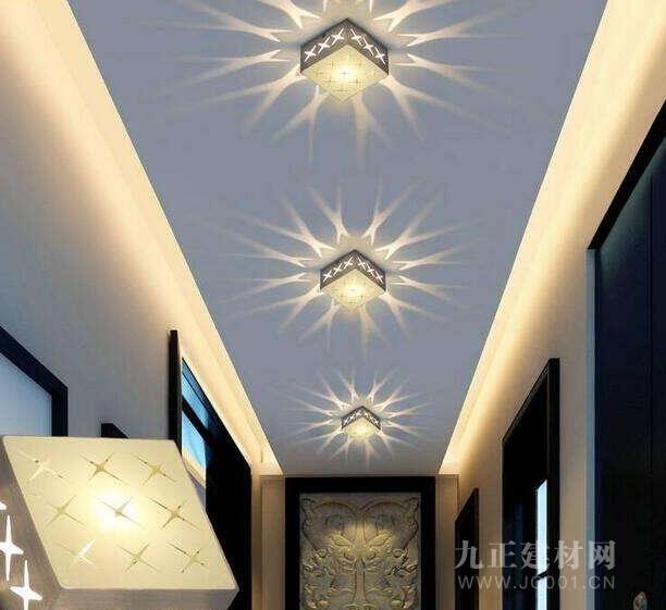 走廊灯安装有哪些注意事项: 走廊灯在过道采用盒式荧光灯进行安装时,一般有吸顶安装与嵌入安装,二者到底选择谁,一般跟家居装修风格有关,但是一般吸顶安装方式比嵌入式安装立体感要更加强些,九正灯具网小编认为无论选择什么样的安装方式,在灯具的选择上一定要以小功率荧光灯为主,而且灯光的颜色要与家居色彩搭配,并且适合家居装修风格。