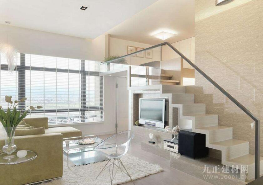 因此,对于楼梯在客厅怎样设计比较好,大家在装修的时候一定要注意了