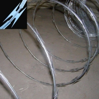 大量供应围墙刺网滚笼|蛇腹型刀刺网滚笼|围墙刀片刺绳网滚笼