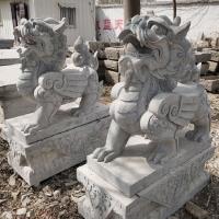 加工石雕麒麟晚霞红青石麒麟雕刻公园门口摆件一对