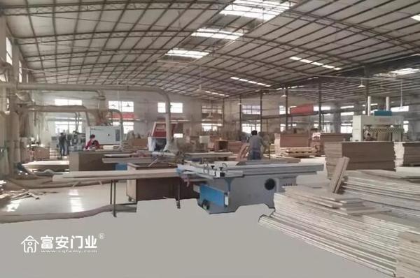 重庆富安木门:工厂内生产线