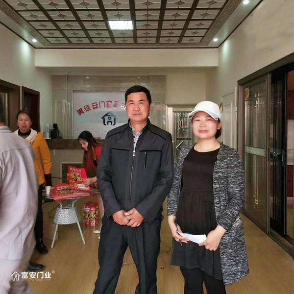 重庆富安木门:湖南常德专卖店开业当天经销商与消费者合影