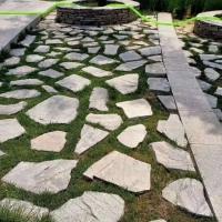 青灰色铺地石材 粉石英乱形石冰裂纹 不规则石板砌墙毛石料