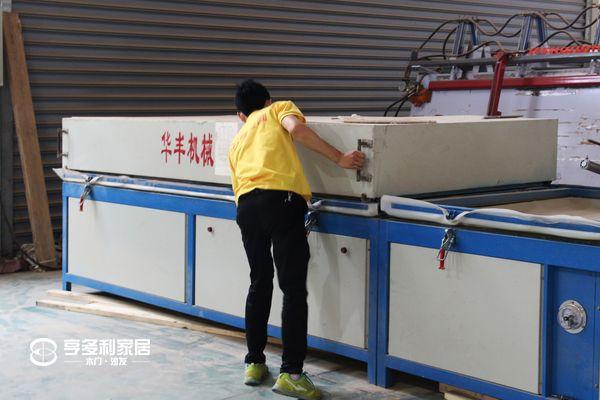 重庆亨多利家居:员工操作设备