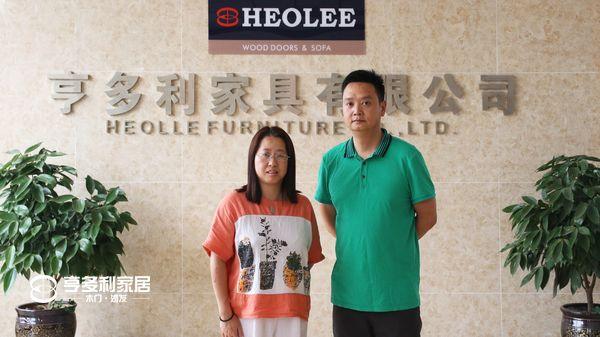 重庆亨多利家居副总张渝与好家传媒总经理吴爱娜女士合影