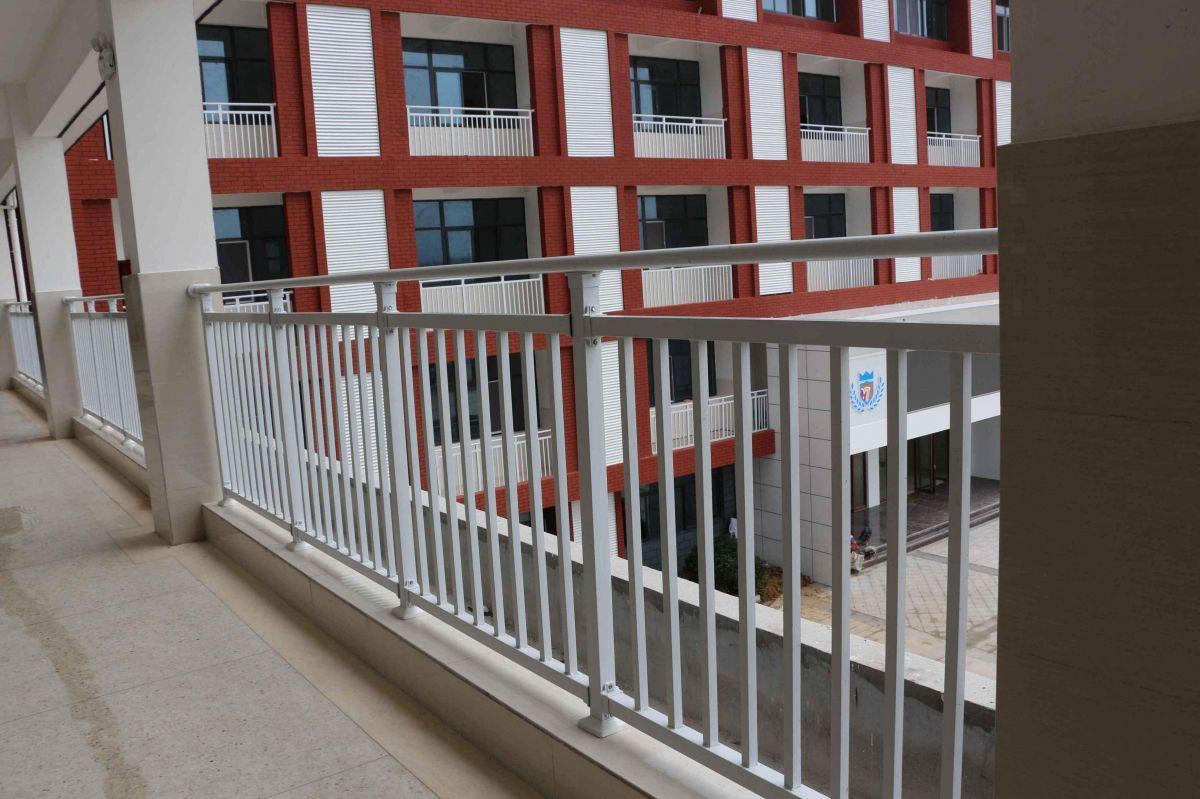 新乡众赢厂家直销锌钢阳台护栏 别墅新型隔离防护栏 阳台栏杆定制
